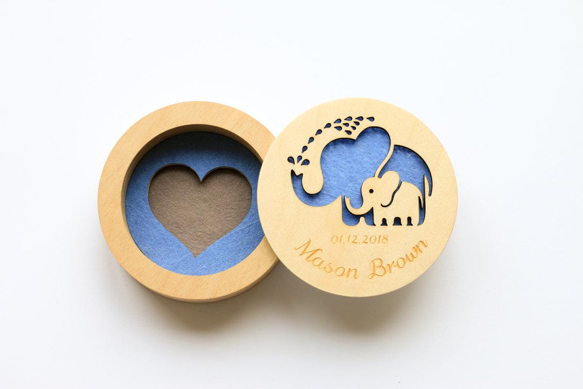 Divkrāsaina kārbiņa ar sirds iedziļinājumu pamatnē un zilonīšiem uz vāka