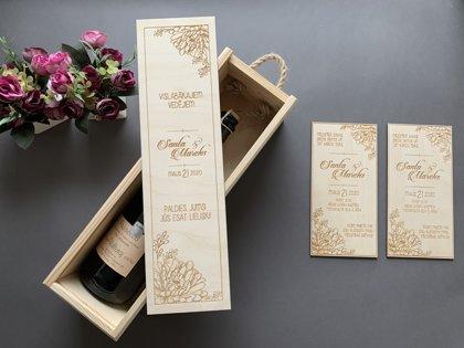 Vīna kaste ar ziediem un gravējumu